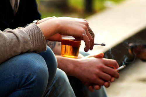 Συμπτώματα των υψηλών επιπέδων οιστρογόνου - Άτομα που καπνίζουν και πίνουν αλκοόλ