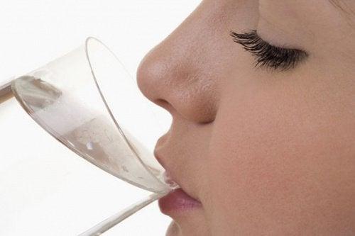 7 σημάδια ότι πρέπει να πιείτε νερό αμέσως