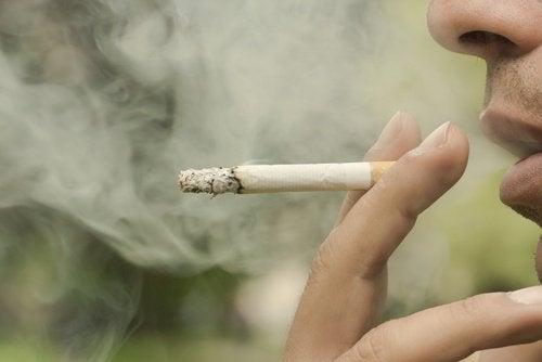 τσιγάρο σε στόμα