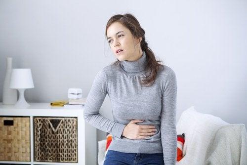 Σημάδια της σκωληκοειδίτιδας - Γυναίκα με πόνο στην κοιλιά