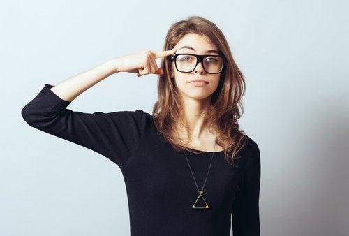 Προορισμένοι για επιτυχία - Γυναίκα ακουμπά το δάκτυλό της στο κεφάλι της