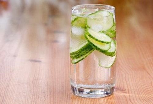 νερό με αγγούρι