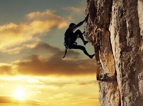 Προορισμένοι για επιτυχία - Άτομο σκαρφαλώνει βράχο