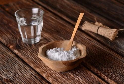 Χρησιμοποιήστε σόδα για τοσκούρο δέρμα στον λαιμό