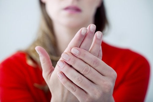 Κρύα χέρια και πόδια όλο τον χρόνο: Ποιες είναι οι αιτίες