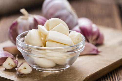 8 πλεονεκτήματα της κατανάλωσης μιας σκελίδας σκόρδου την ημέρα