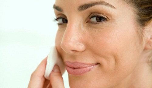 Κατανάλωση μιας σκελίδας σκόρδου - Γυναίκα φροντίζει το πρόσωπό της
