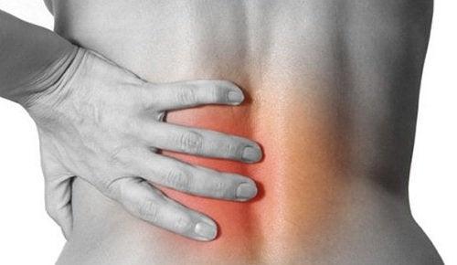 Πόνος στις αρθρώσεις - Γυναίκα με φλεγμονή στη μέση