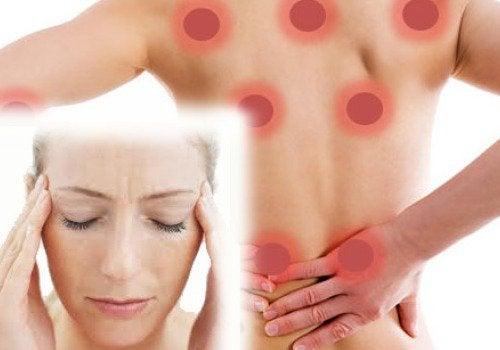 Πόνος στις αρθρώσεις - Γυναίκα με φλεγμονή στην πλάτη