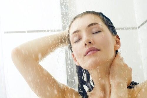 Ενεργοποιήστε έναν θυρεοειδή - Γυναίκα κάνει ντους