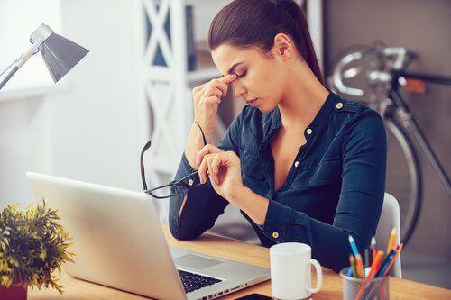 Γυναίκα στο γραφείο ξεκουράζει τα μάτια της