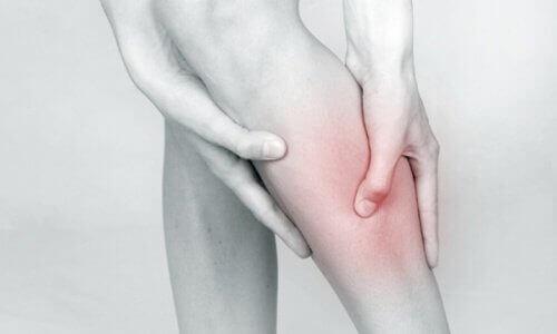 Γυναίκα με πόνο στα πόδια
