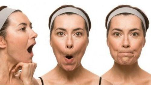Ένα τέλειο πρόσωπο - Γυναίκα κάνει ασκήσεις προσώπου