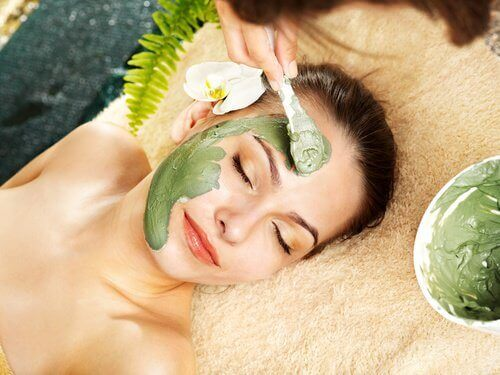 Ένα τέλειο πρόσωπο - Γυναίκα εφαρμόζει μάσκα ομορφιάς