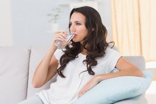 Ένα τέλειο πρόσωπο - Γυναίκα πίνει νερό