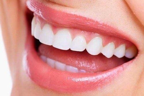 Η ονυχοφαγία βλάπτει - Γυναίκα με λευκά δόντια