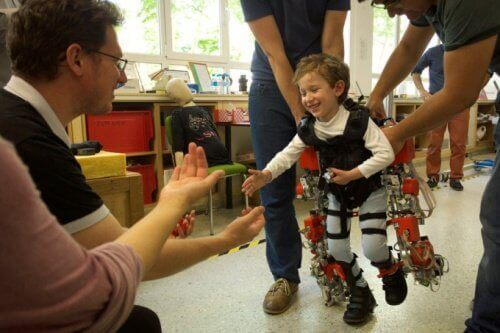 Εξωσκελετός βοηθά παραπληγικά παιδιά να περπατήσουν!