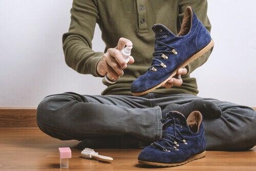 8 εύκολα κόλπα για να φύγει η μυρωδιά των παπουτσιών!
