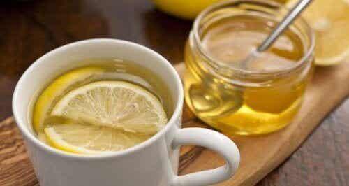 Ζεστό νερό με μέλι: 5 λόγοι που πρέπει να το πίνετε!