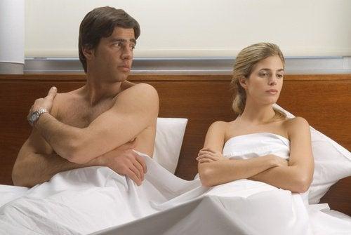 Ενοχλήσεις στο σεξ - Ζευγάρι σκεπτικό στο κρεβάτι