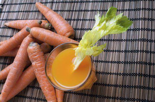 χυμός καρότου-σκόρδου για την αποτοξίνωση του εντέρου