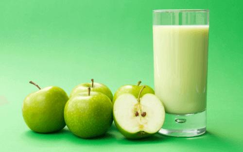 Αποτοξίνωση στο έντερο - Πράσινα μήλα και χυμός σε ποτήρι