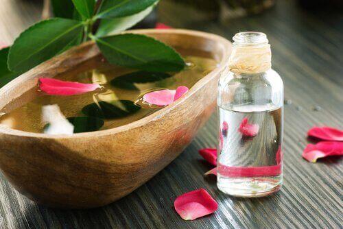 νερό, άνθη, μαλλιά που μυρίζουν υπέροχα
