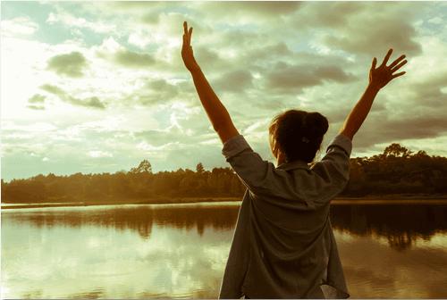 Γυναίκα με ισχυρή προσωπικότητα - Γυναίκα με ανοιχτά τα χέρια μπροστά σε λίμνη