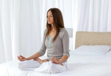 Βελτιώστε την ψυχική σας υγεία - Γυναίκα διαλογίζεται