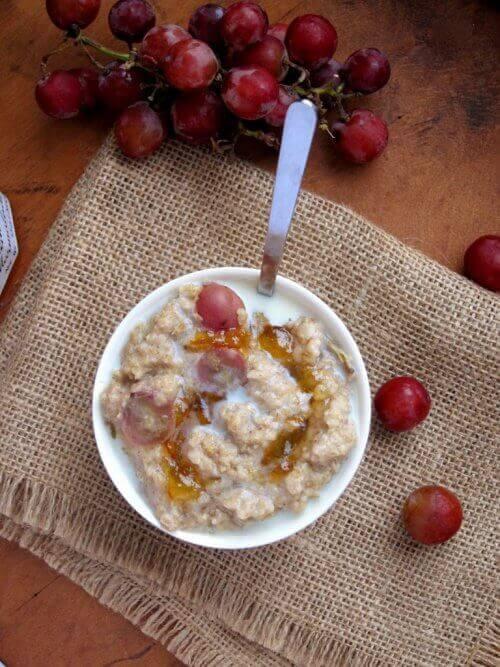 Πρωινό με βρώμη και σταφύλι πρωινό και το δείπνο
