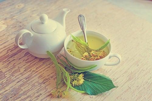 Πρησμένα ούλα - Τσάι από τίλιο σε κούπα