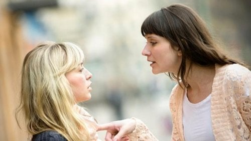 Τέλος σε μια φιλία - Γυναίκα με έντονο ύφος προς άλλη γυναίκα