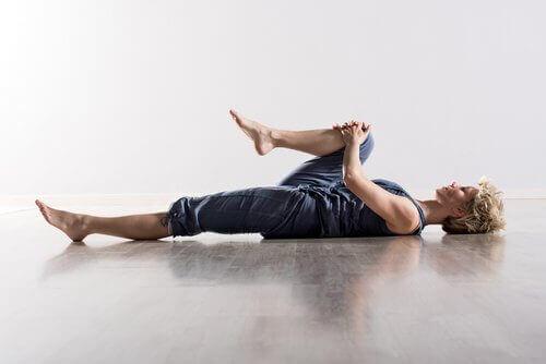 Γόνατα στο στήθος σας- από τον πόνο στην πλάτη