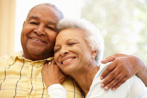 γκρίζα μαλλιά Αγκαλιασμένο μεσήλικο ζευγάρι