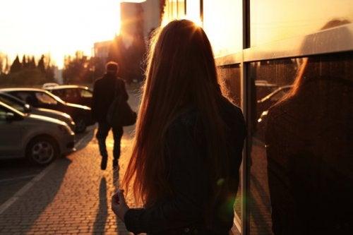 Γυναίκα που κοιτάζει κάποιον να φεύγει
