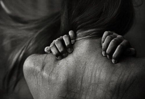 Τοξική σχέση - Γυναικεία πλάτη