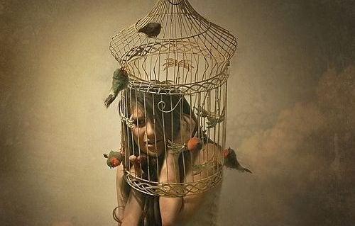 Γυναίκα με κλουβί στο κεφάλι