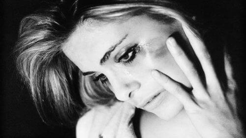 Τοξική σχέση - Γυναίκα που κλαίει