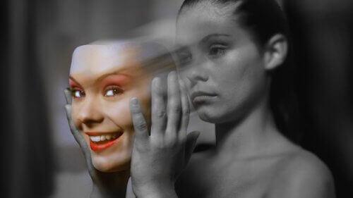 Τοξική σχέση - Γυναίκα που βγάζει τη μάσκα