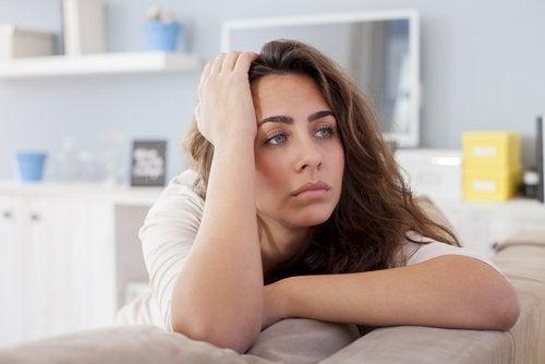 Θλιμμένη γυναίκα, θλίψη και κατάθλιψη