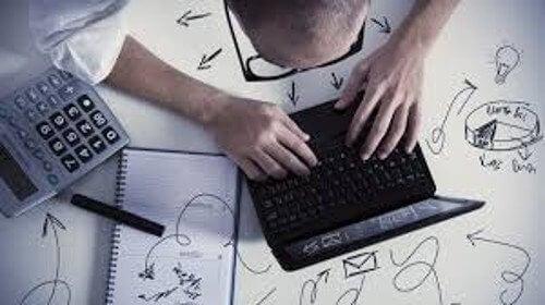 Βελτιώστε την ψυχική σας υγεία - Άνδρας δουλεύει στον φορητό υπολογιστή