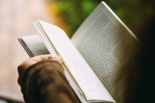 Βελτιώστε την ψυχική σας υγεία - Άτομο διαβάζει βιβλίο