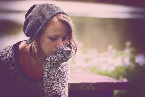 Θλιμμένη κοπέλα, θλίψη και κατάθλιψη