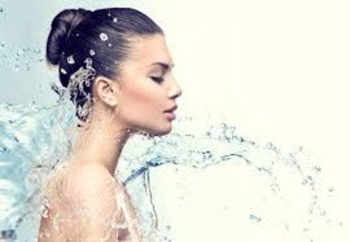 Νερό, γυναίκα- γάλα με μέλι