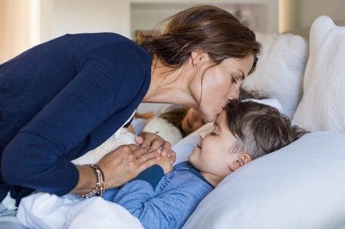 Μιλάμε στον ύπνο μας - Μητέρα φιλάει το παιδί της