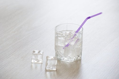 Ποτήρι με παγάκια