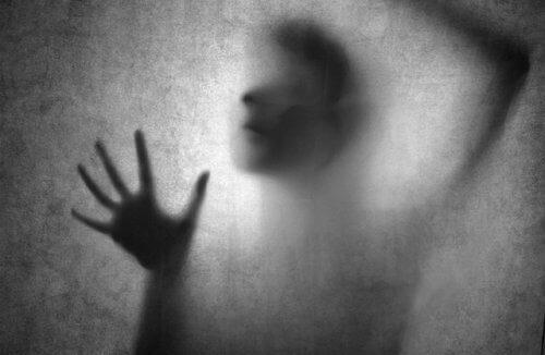 Τοξική σχέση - Σκιά γυναίκας