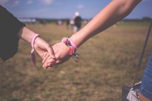 Γυναικεία χέρια ενωμένα