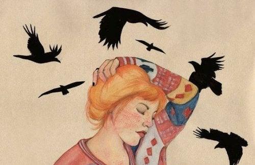 Γεράκια που πετούν πάνω από γυναίκα