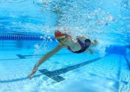 Κολύμπι σε πισίνα